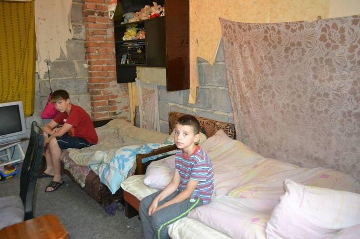 Chłopaki w pokoju przed remontem