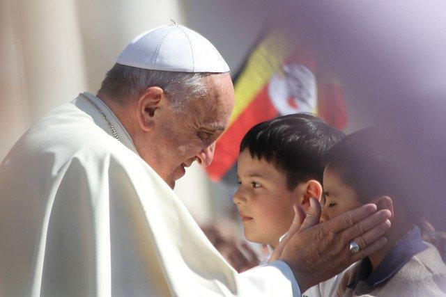 Papież Franciszek nie boi się mocnych słów, często apeluje też o obronę najmłodszych i poszanowanie ich godności.