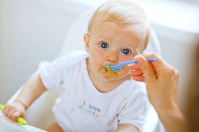 Nie warto za szybko wprowadzać do diety dziecka stałych posiłków. Zauważymy jego gotowość, jeśli będziemy uważnie je obserwować.