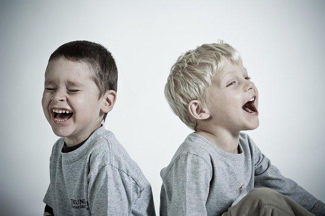 Śmiech bywa dobrym sposobem na rozladowane złych emocji.