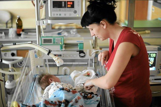 """Gdy dziecko jest ciężko chore i trafia do szpitala, razem z nim """"przeprowadzają"""" się tam jego rodzice."""