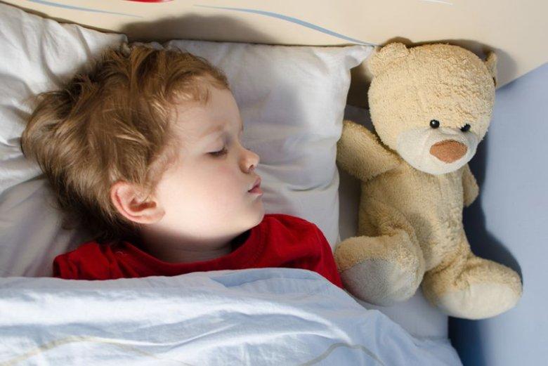 Dlaczego dzieci nie powinny spać przy zapalonym świetle?