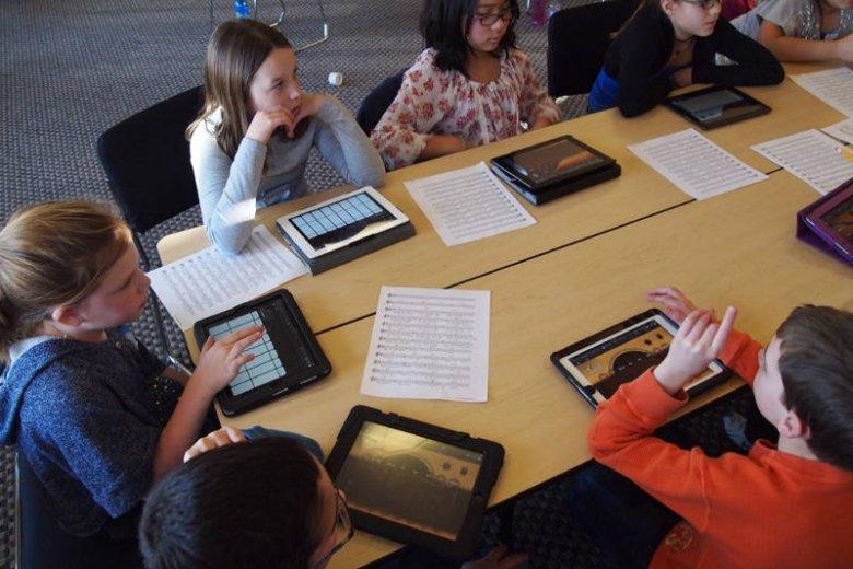 Tablety mogą być też pomocami naukowymi. Dziś nauczyciele mają większe pole do popisu i zajęcia mogą prowadzić w sposób bardziej interaktywny