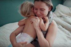 Kelly Kahler marzyła o domowym porodzie. Tu żegna się ze starszakiem, przed wyjazdem do szpitala.