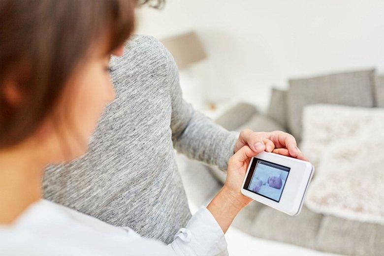 Dzięki elektronicznej niani rodzice nie mają potrzeby przebywania z dzieckiem cały czas w jednym pokoju