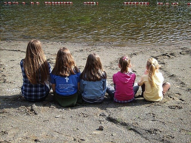 [url=http://pixabay.com/pl/dzieci-dziewczyny-siostry-rodzina-14067/]Pixabay[/url] / [url=http://pixabay.com/pl/service/terms/#download_terms]CC O[/url] Czy nie można pomóc rodzinie wielodzietnej?