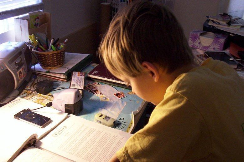 Czy rodzice powinni pomagać dzieciom w odrabianiu lekcji?