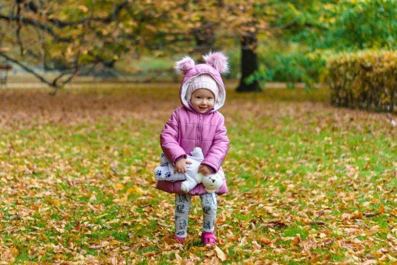 Niezależnie od pogody codzienny spacer powinien stać się nawykiem. Aby jednak jesienno-zimowy spacer wyszedł maluchom na zdrowie, trzeba jeszcze dopasować ubiór do aury.