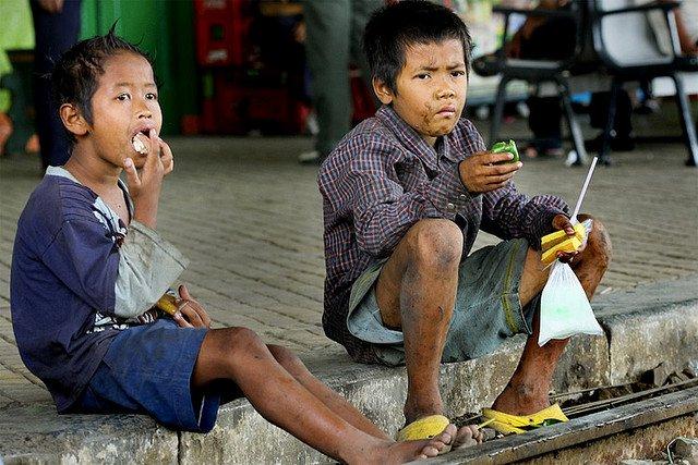 Dzieci pracują w niewolniczych warunkach szyjąc ubrania dla H&M