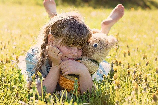 Fot. Pixabay / [url=https://pixabay.com/pl/dziewczyna-misiu-snuggle-%C5%82adny-797837/]Pezibear[/url] / [url=https://pixabay.com/pl/service/terms/]CC0 Public Domain[/url]