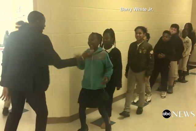 Barry White Jr. codziennie wita w ten sposób swoich uczniów. To wyjątkowe zachowanie przykuło uwagę milionów.