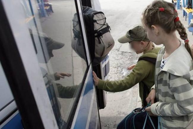 Obcy chłopiec zatroszczył się o dziewczynkę, która dostała okres w autobusie