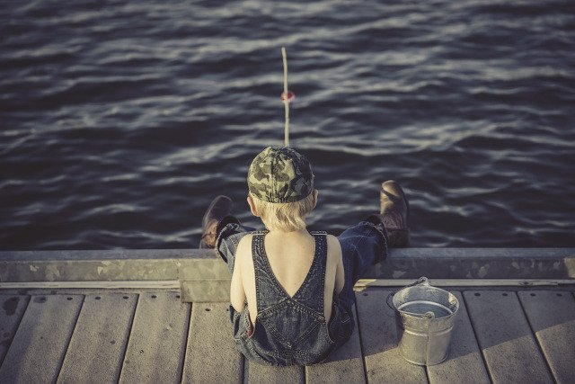 Fot. Pixabay / [url=https://pixabay.com/en/boy-fishing-water-summer-overalls-909552/]langll[/url] / [url=https://pixabay.com/en/service/terms/#usage]CC0 Public Domain[/url]