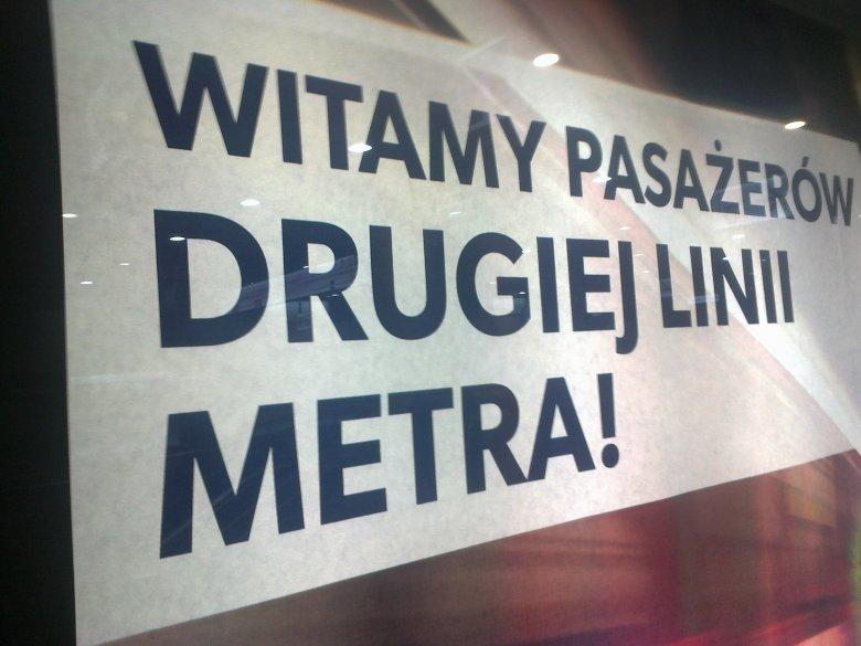 Taki napis wita gosci stacji II linii metra.