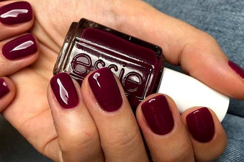 Paznokcie burgundowe lub krwiste będą hitem tej jesieni. Warto zastąpić nimi klasyczną czerwień.