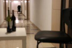 Piją drinki na korytarzu podczas epidemii