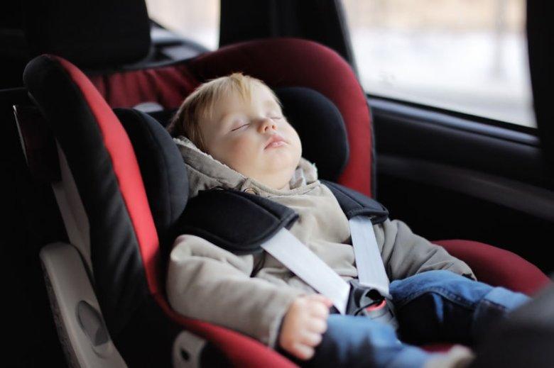 Co zrobić, gdy śpiącemu dziecku opada główka podczas jazdy autem?
