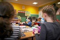 Uczniowie szkoły w Łączniku z okazji walentynek dostali... skrobaczki do szyb samochodowych z pieczątką PiS