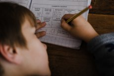 Zakaz uczenia liczenia i pisania w domach