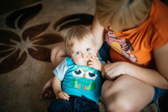 Mały Szymon w objęciach mamy.