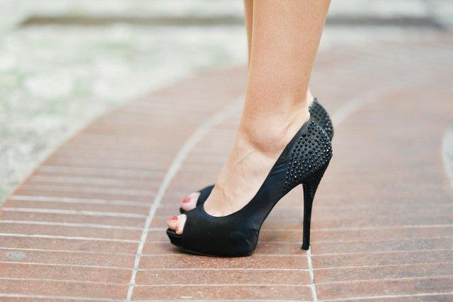 Fot. Pexels / [url=http://stokpic.com/project/close-up-of-woman-wearing-black-evening-heals/]stokpic. com[/url] / [url=https://www.pexels.com/photo-license/]CC0 Public Domain[/url]
