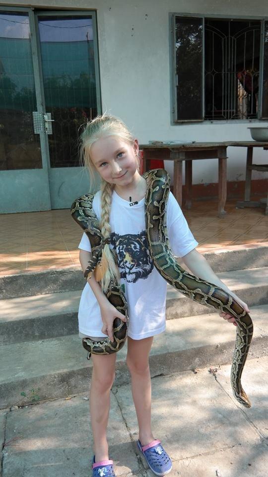 Mała Reporterka w towarzystwie wietnamskiego węża.