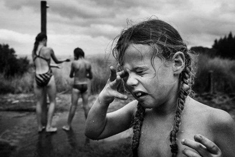Nie trzeba uśmiechu na twarzy, żeby pokazać, że dzieciństwo jest udane