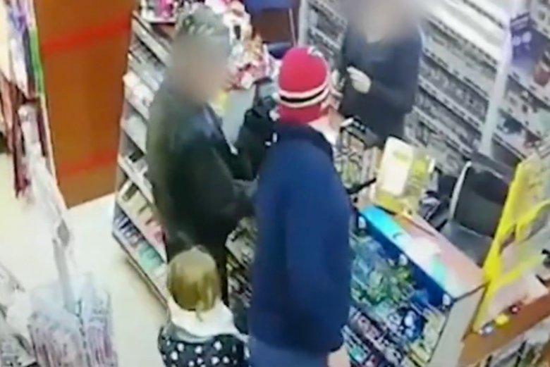 Ojciec uderzył dziecko w twarz w galerii handlowej w Lubaniu.