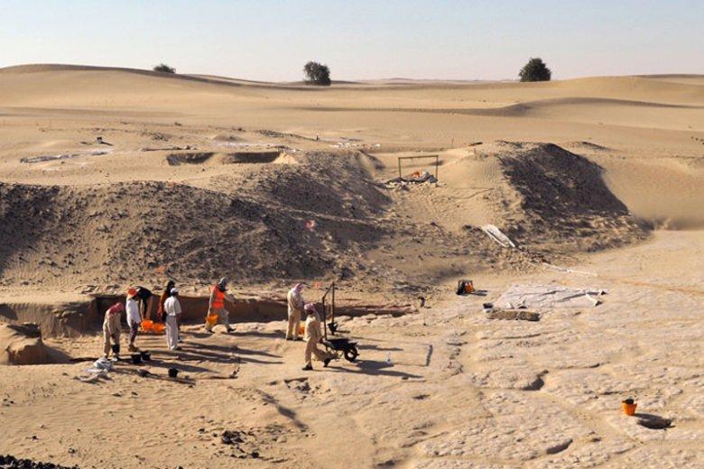 Leżące na skraju pustyni Ar-Rab al-Chali wykopalisko Saruq Al-Hadid. Wydobywane tu relikty pochodzą z czasów epoki żelaza i dowodzą związków plemion arabskich z cywilizacjami Mezopotamii, Iranu i doliny Indusu