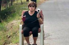 Pewna odważna babcia wypowiedziała wojnę piratom drogowym za pomocą... suszarki do włosów!