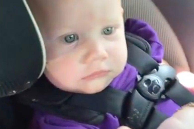 Mina tego dziecka wyraża absolutną bezradność. Nie ma pojęcia, co się wokół niego dzieje.