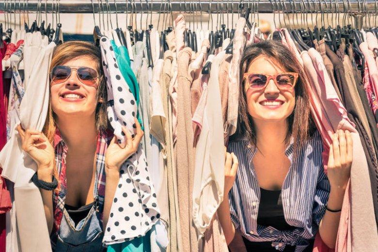 Kupowanie na przecenach to pułapka! Często wybieramy wtedy masę niepotrzebnych ubrań, których nigdy nie założymy