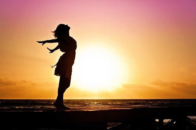Fot. Pixabay /[url=http://pixabay.com/pl/kobieta-szcz%C4%99%C5%9Bcie-sunrise-sylwetka-570883/]jill111[/url] / [url=http://bit.ly/CC0-PD]CC0 Public Domain[/url]