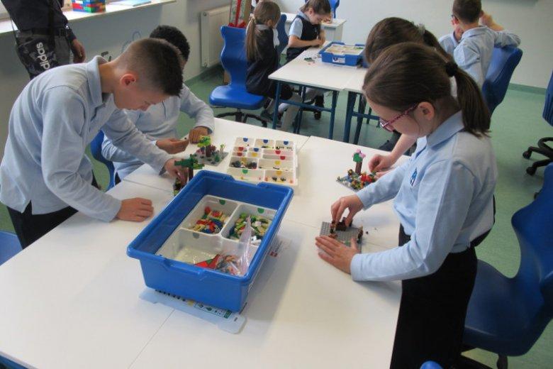 Pracownia z klockami Lego w Niepublicznej Szkole Podstawowej, Gimnazjum i Liceum im. Stanisława Konarskiego.