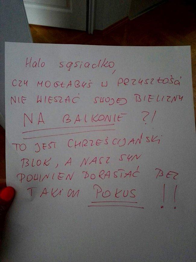 Kartka, którą kobieta znalazła w swojej skrzynce pocztowej