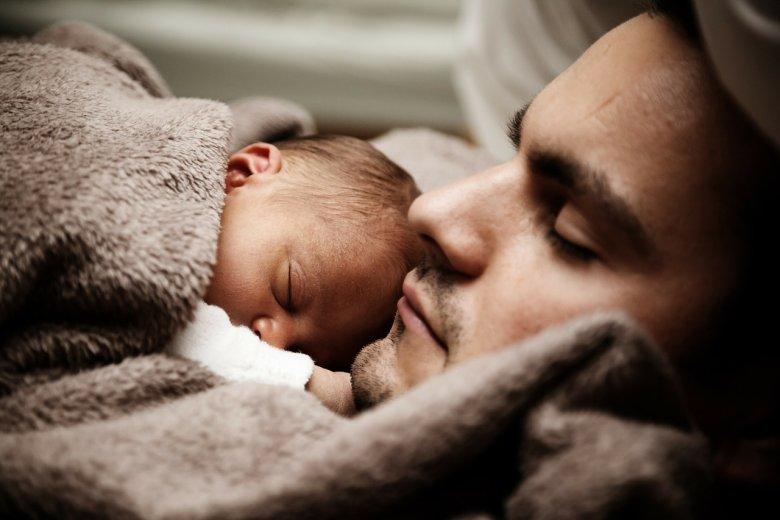 [url=http://pixabay.com/pl/kochanie-dziecko-%C5%82adny-tata-daddy-22194/]Pixabay[/url] / [url=http://pixabay.com/pl/service/terms/#download_terms]CC O[/url] Czy mężczyźni faktycznie są nieczuli na stratę dziecka?