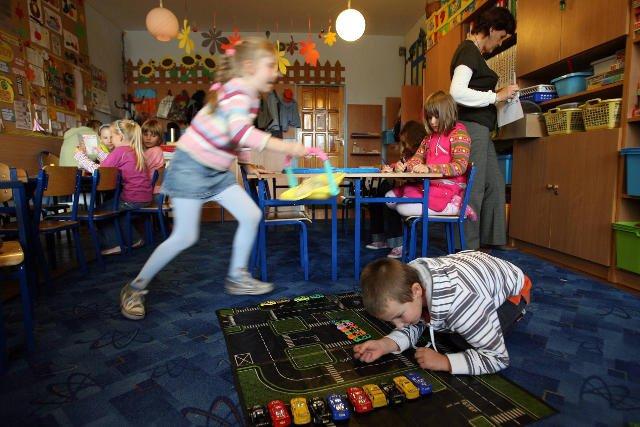 Są dzieci, które w szkołach i przedszkolach spędzają nawet dziesięć godzin dziennie.