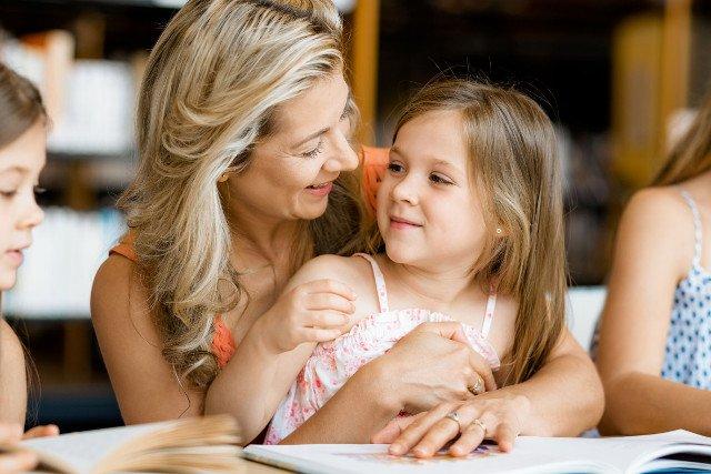 Czytanie dzieciom starszym może wpłynąć korzystnie nie tylko na ich osobowość, ale również na więź z rodzicem.