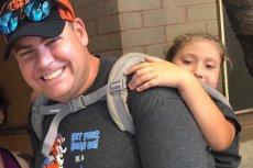 Nauczyciel niósł swoją uczennicę na plecach, by mogła wziąć udział w wycieczce szkolnej