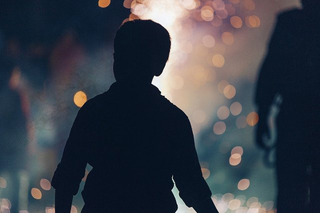 Fot. Pixabay / [url=https://pixabay.com/en/boy-people-silhouette-bokeh-blur-1209000/]Unsplash[/url] / [url=https://pixabay.com/en/service/terms/#usage]CC0 Public License[/url]