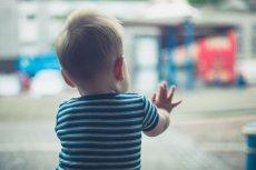 Gminy będą nagradzane za odesłanie dzieci do rodzin biologicznych