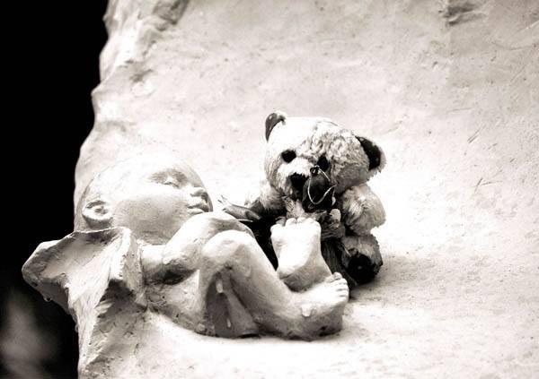 Dziecięce zabawki można znaleźć na wielu grobach dzieci utraconych.