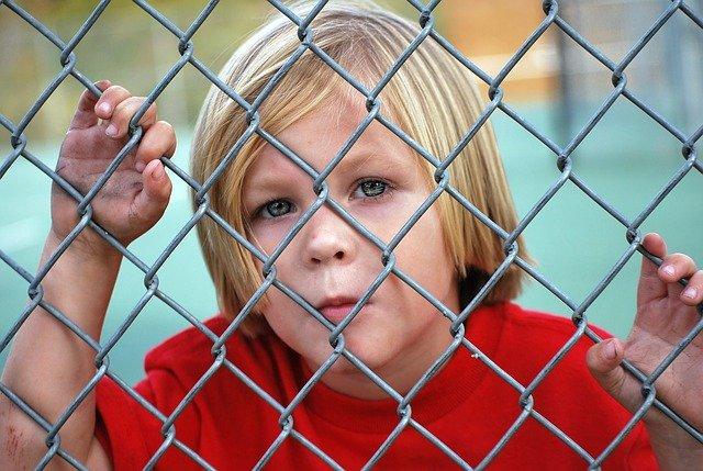 Fot. Pixabay / [url=https://pixabay.com/en/boy-looking-fence-chain-link-young-529065/]Greyerbaby[/url] / [url=https://pixabay.com/en/service/terms/#usage]CC0 Public Domain[/url]