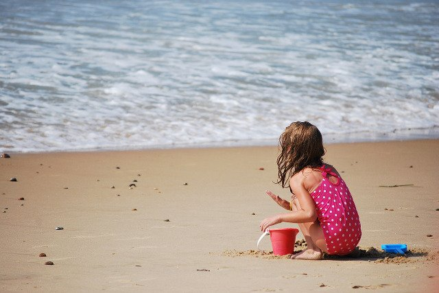 Fot. Pixabay / [url=http://pixabay.com/en/beach-child-playing-sand-solitary-683940/]skeeze[/url] / [url=http://pixabay.com/en/service/terms/#download_terms]CC0 Public Domain[/url]