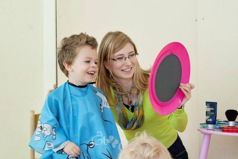 Dzieci są zwykle bardzo ciekawe efektu finalnego ich wizyty w salonie fryzjerskim.