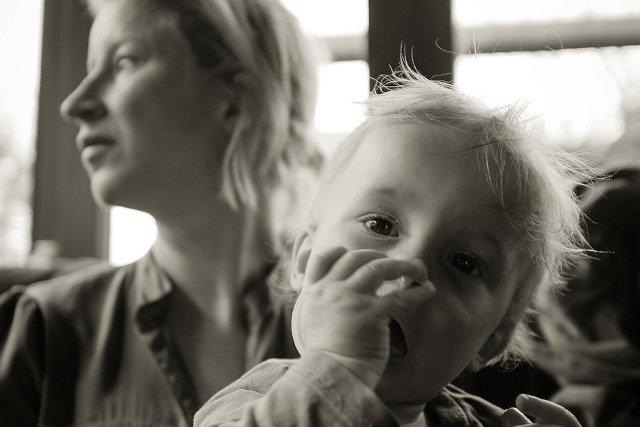 Fot. Pixabay / [url=https://pixabay.com/en/mother-kid-cafe-happy-mother-woman-932127/]tookapic[/url] / [url=https://pixabay.com/service/terms/#usage]CC0 Public Domain[/url]