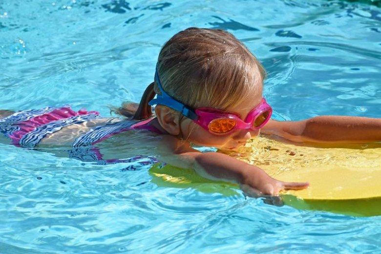 Dzieci oswajane od najmłodszych lat z wodą łatwiej poradzą sobie w basenie, gdy będą starsze