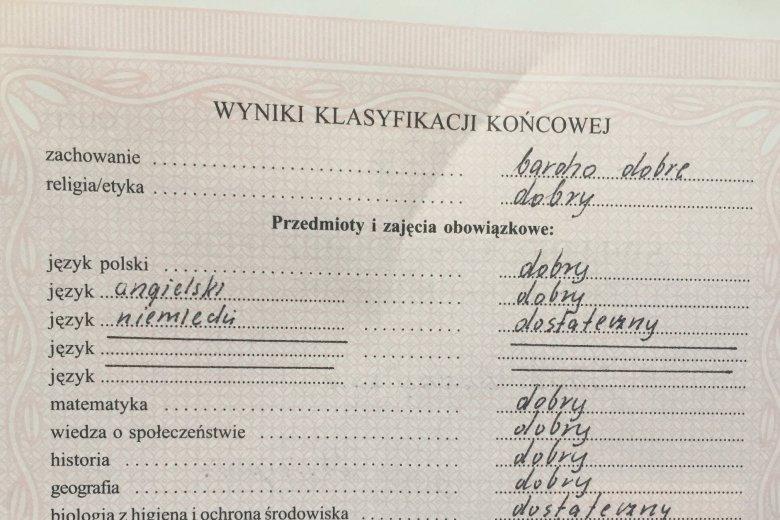 Profesor Jakub Andrzejczak pokazał swe stare świadectwo i apeluje do rodziców