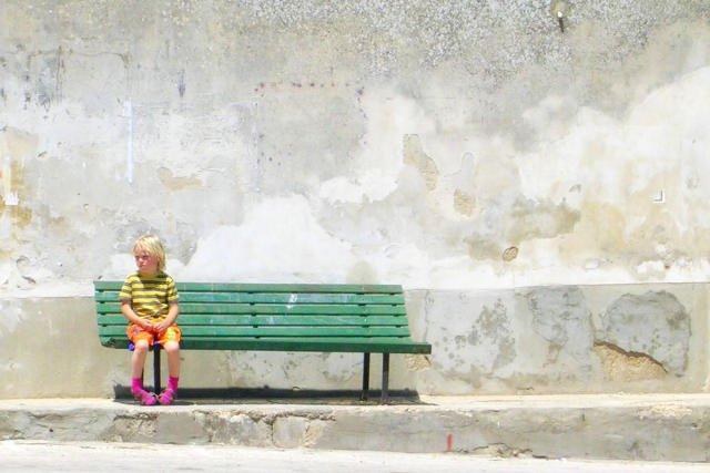 Dzieci z mutyzmem są wycofane w kontaktach z rówieśnikami, przez problemy z werbalnym porozumiewaniem się.