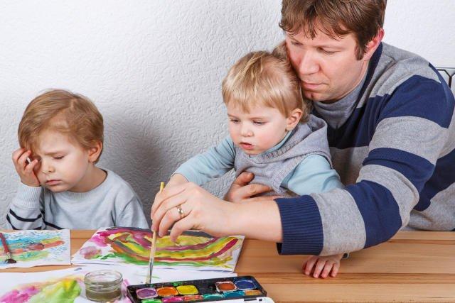 Szkoły coraz częściej angażują rodziców do  pomocy w wykonaniu prac domowych z plastyki swoich dzieci.